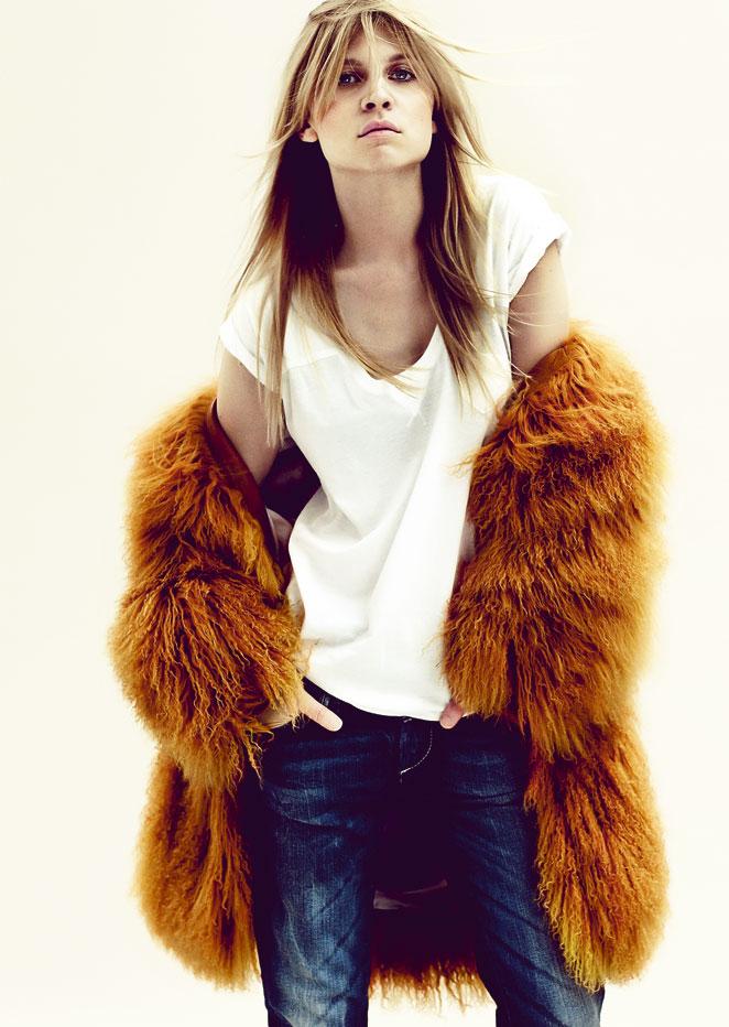 de algodón blanca y pantalón vaquero desgastado de G-Star, abrigo de